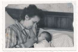 REAL PHOTO Ancienne Woman Breastfeeding Baby Infant Child Femme Allaitant Son Bébé Old Orig. - Photographs