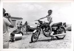 Snapshot Photo Jeune Fille Sur Une Moto Honda été 1974 Plage Mer Vacances Mode - Sport