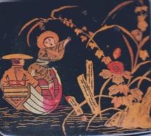 Jolie Petite Boite à Timbres En Bois Laqué, Début  XXème Siècle, Décor Chinois Pêche - Postzegeldozen