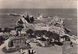Cp , 64 , BIARRITZ , Vue Sur Le Rocher De La Vierge Et Le Monument Aux Morts - Biarritz