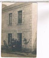 A Identifier  Carte Photo  Famille Devant Sa Villa OU ? ID55 - Postcards