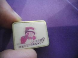 Pin's ECOLE PAUL RACAULT MONTLOUIS SUR LOIRE (37) Indre Et Loire - Bonhomme De Neige @ 24 Mm X 20 Mm - Administrations