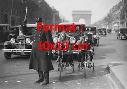 Reproduction D'une Photographie Ancienne D'un Agent De La Circulation Aux Champs Elysée Avec Voiture, Dames En Tricycle - Reproductions