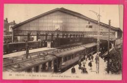 CPA (Ref: Z 2122 ) TROYES (10 AUBE) Le Hall De La  Gare Arrivée D'un Express (Animée, Train) - Troyes