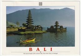 AK Indonesien Bali Sacred Temple Volcanic Lake Pura Ulan Danu, Bedugul. 1998 Postalisch Gelaufen. 2 Scans 16,5 X 11,5 Cm - Indonesien