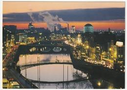 AK Irland Real Dublin. The Fair City. Night View River Liffey Postalisch Gelaufen Nach Düsseldorf 2 Scans 14,8 X 10,5 Cm - Dublin