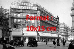 Reproduction D'une Photographie Ancienne D'une Vue De La Circulation Et Des Passant Devant Les Galeries Lafayette 1928 - Reproductions