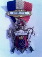 """Insigne Société De Tir De Nevers """" Commission """" - Militaria"""