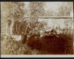 Photo Ancien / Foto / Couple / Femme / Woman / Man / Homme / Garden / Jardin / Size: 8.60 X 11.10 Cm. - Fotos