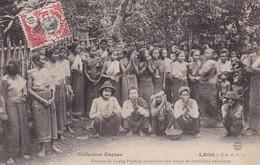 LAOS Femmes De Luang-Prabang Accueillant Une Troupe De Comédiens Ambulants Raquez A25 Indochine Indochina - Laos