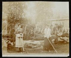 Photo Ancien / Foto / Femmes / Women / Garden / Jardin / Size: 8.30 X 10 Cm. - Fotos