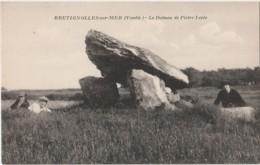 C20-85) BRETIGNOLLES SUR MER (VENDEE)  LE DOLMEN DE PIERRE LEVEE - (ANIMEE - PERSONNAGES - 2 SCANS) - Bretignolles Sur Mer