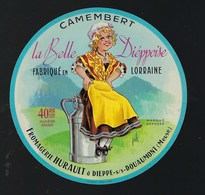 Ancienne Etiquette Fromage  Camembert La Belle Dieppoise Fromagerie Hurault  Meuse 55  Signé Jub - Cheese