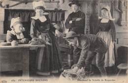PIE.T Bl.19-7041 :  ROSPORDEN. MARCHAND DE VOLAILLES. INTERIEURS BRETONS - France