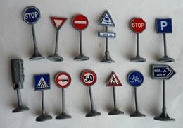 Pas VOITURE - AUTOMOBILE Lot De 12 Panneaux De Signalisation Plus 1 Feu NOREV 1/43 Plastique - Echelle 1:87