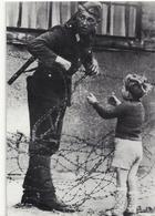 ALLEMAGNE .. MUR DE BERLIN ..13 AOUT 1961 ..LE SOLDAT ET LE JEUNE GARCON - Muro Di Berlino