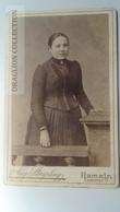 D164621  CDV Cabinet Photo - Aug. Striepling - HAMELN     - Ca 1890-1900 - Woman's Photo  -Fashion Costume - Fotos