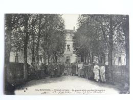 CPA (18) Cher - BOURGES - Hôpital Militaire - La Grande Allée Pendant La Musique - Bourges