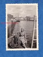Photo Ancienne Snapshot - Port De VANNES - Promenade D'une Femme - 1950 - Bateau De Pêche Bretagne - Boats