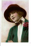 CPA - Carte Postale - Royaume Uni--Jeune Femme Avec Son Chapeau -VM3935 - Mujeres