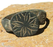 Ancient Medieval Bronze Ring. Dark Patina - Archéologie