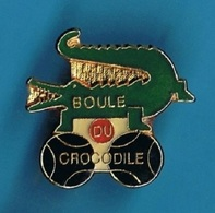 1 PIN'S  //    ** PÉTANQUE / BOULE DU CROCODILE / NIMES ** . (C.L.) - Pétanque