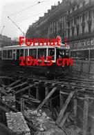 Reproduction D'une Photographie Ancienne D'un Tramway Ligne Louvre Roulant Sur Une Voieen Réparation à Paris - Reproductions