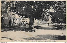 CPSM/pf  (17)  ILE-D'AIX.  Hôtel De L'Océan Et Place D'Austerlitz, Café Animé. ..G874 - Francia