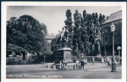POSTAL HOLANDA - DEN HAAG - PALEISSTRAAT MET STANDBEELD - Den Haag ('s-Gravenhage)