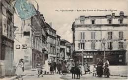 24 - Thiviers - Rue Du Thon Et Place De L'Eglise (Galeries Modernes) (affiche Publicitaire LU Sur Le Mur Gauche) - Thiviers