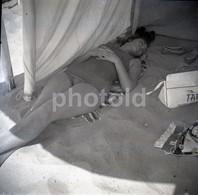 50s SWIMSUIT FEMME GIRL PRAIA BEACH PLAGE ESTORIL CASCAIS PORTUGAL 60/60mm AMATEUR NEGATIVE NOT PHOTO NEGATIVO NO FOTO - Otros