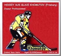 """SUPER PIN'S HOCKEY Sur GLACE : Du NOM Du  Joueur """"""""KHOMUTOV De Fribourg Gotteron""""en ZAMAC  Noire Signé ELIXIR 3,3X6cm - Winter Sports"""