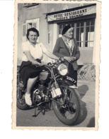 Petite Photo D'amateur.  2 Femmes.  Une Des Femme Sur Une Moto  Devant Un Hôtel, Restaurant - Anonymous Persons