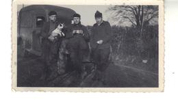 Petite Photo D'amateur.  3 Hommes Une Camionnette Et Un Chien - Anonyme Personen
