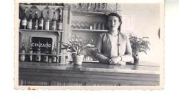 Petite Photo D'amateur.   Intérieur D'un Café  Et La Patronne - Anonyme Personen