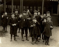 VISITING THE ZOO  LONDON  HUNGRY CHILDREN ENFANTS KIDS NIÑOS KINDEREN 21*16CM Fonds Victor FORBIN 1864-1947 - Fotos