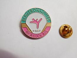 Superbe Pin's, FSCF Fédération Sportive Et Culturelle De France , Bergeronnettes Du Beaujolais , Gym , Pouilly Le Monial - Gymnastiek