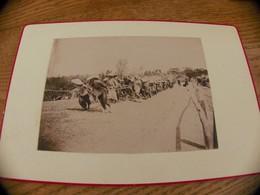 20  - Photo INDOCHINE, Indigènes En Chapeau Tirant Une Corde, Esclave?, Saïgon - Oud (voor 1900)