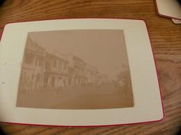24  - Photo SINGAPOUR , Une Rue Animée, Commerce Et Habitants - Oud (voor 1900)