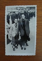 2 Photos Personnes Dans Rues De Marseille (probablement Canebière Et Quai Des Belges) - Années 1940-50 - Personnes Anonymes