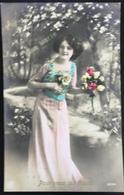 (359) Vive Maria - Mooi Meisje Draagt Een Roze Lang Kleed Met Een Groenblauw Topje En Bloemen In Haar Handen -1912 - Fête Des Mères