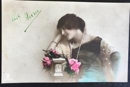 (358) Vive Maria - Meisje Draagt Een Sjaal Met Witte Parel Op Een Zwart Groenblauw Kleed  - Lange Parelketting - Fête Des Mères