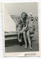 Photo Originale , SOUVENIR , Famme Et Enfant En Maillot De Bain , Dim. 6.0 X 9.0 Cm - Personas Anónimos