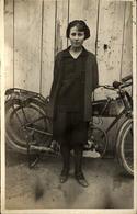 CARTE PHOT  Jeune Femme Et La Motocyclette - Anonymous Persons