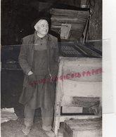 24- MONTIGNAC - M. SARLANDIE DANS SON USINE DEVANT UNE TRIEUSE DE NOIX DU PERIGORD - RARE PHOTO ORIGINALE - - Profesiones