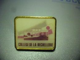 Pin's COLLEGE DE LA BECHELLERIE à SAINT CYR SUR LOIRE (37) 80 Rue Croix De Périgourd @  24 Mm X 20 Mm - Administrations
