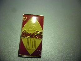Grand Pin's COCA COLA - Bouteille Verre Sérigraphiée En Fond @ 25 Mm X 13 Mm - Coca-Cola