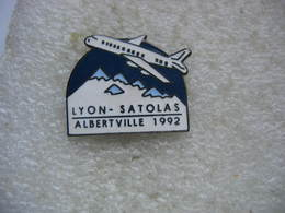 Pin's Aéroport LYON - SATOLAS, Albertville 1992. Avion Au Décollage - Airplanes