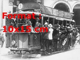Reproduction D'une Photographie Ancienne De Passagers Accrochés à L'extérieur Sur Un Tramway à Milan En 1920 - Reproductions