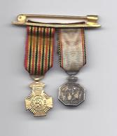 Militaria 2 X Médaille Miniature Médaille Commémorative Du Centenaire 1830-1930 MEDAILLE IN GOUDKLEUR MOEILIJK LEESBAAR - Belgium